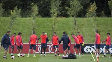 El rondo de los j�venes del filial en los entrenamientos de Inglaterra.