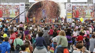 Un momento de la representaci�n del multitudinario espect�culo 'Tots junts!', en la Festa dels S�pers.