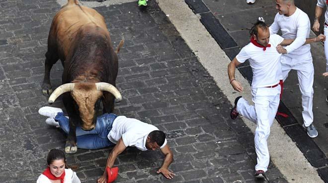 Vertiginós i net 'encierro' de Sant Fermí protagonitzat pel toro Huracán