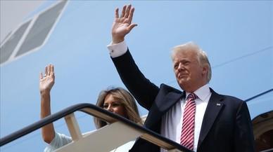 Donald Trump y su mujer Melania suben al Air Force One en Riad para viajar hacia Tel Aviv.