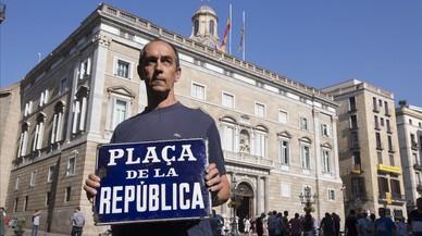 Una placa de anticuario recuerda que Sant Jaume fue la plaza de la República