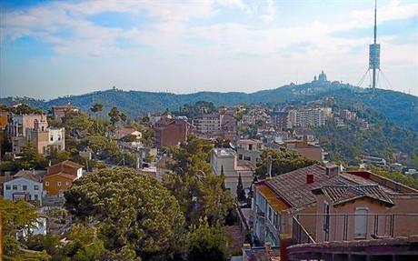 Vista de Vallvidrera amb el Tibidabo i la torre de Collserola al fons