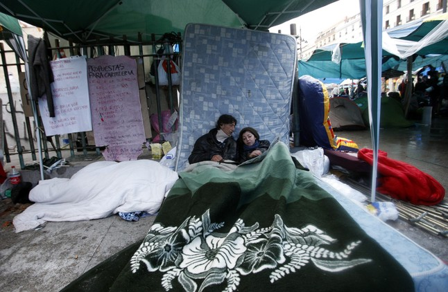 Dos de los acampados en la Puerta del Sol de Madrid. JUAN MEDINA | REUTERS