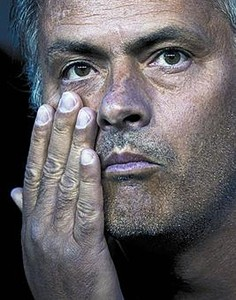 José Mourinho, de espaldas al campo, en el banquillo del Santiago Bernabéu.
