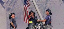 Los tres bomberos y la bandera entre las ruinas
