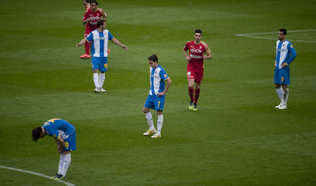 Los jugadores del Espanyol, abatidos tras perder ante el Sporting, el sbado en Cornell-El Prat. 