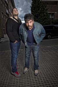 David (derecha) y Jose Muñoz, a las puertas de su estudio de Sant Feliu de Llobregat, el pasado miércoles.