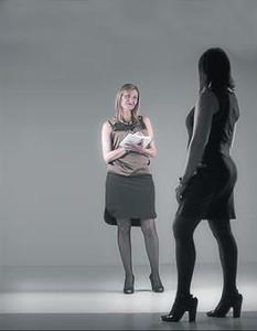 Conxa Borrell (de cara), 'escort' i promotora del curs 'Prostitució: nocions bàsiques per a la professionalització', i una de les cursetistes.