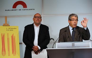 Llu�s Corominas, vicepresidente de la Mesa del Parlament, izquierda, y el portavoz del Govern, Francesc Homs.