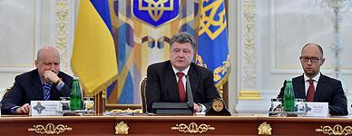 El presidente de Ucrania, Poroshenko, flanqueado por el presidente del Parlamento y el primer ministro, durante la reuni�n del Consejo de Seguridad ucraniano.