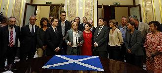 Diputados nacionalistas y de grupos minoritarios en un acto de apoyo al referendo, en el Congreso.