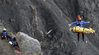 Un helic�ptero eleva ayer a uno de los miembros del equipo de rescate.