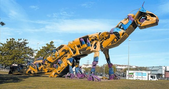 Amo y señor de la rotonda 8 Dino, la escultura de Roc Alabern hecha con coches, en su glorieta, el viernes.