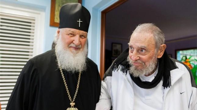 Fidel Castro, con chandal blanco, recibe al patriarca ruso Cirilo en su casa de La Habana.
