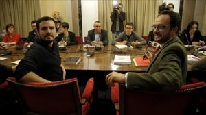 Los diputados Antonio Hernando, del PSOE, y Alberto Garzón, de IU, en primer plano de una reciente reunión a cuatro.