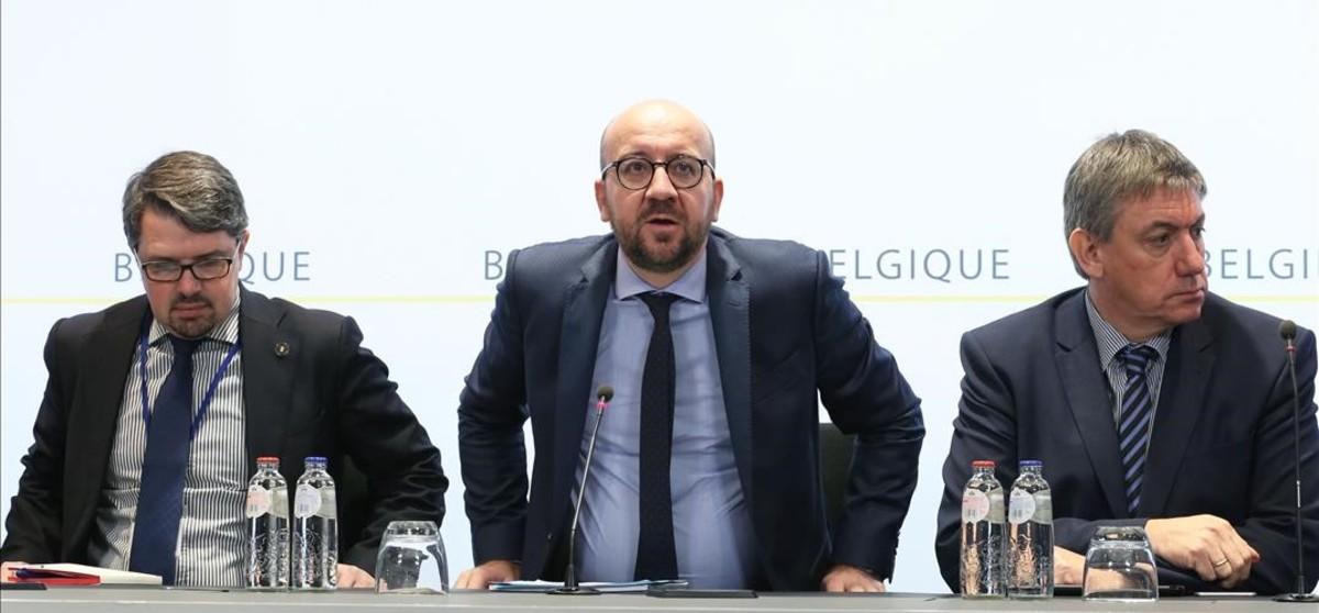 El primer ministro belga, Charles Michel, en el centro, en su comparecencia tras los atentados en Bruselas.
