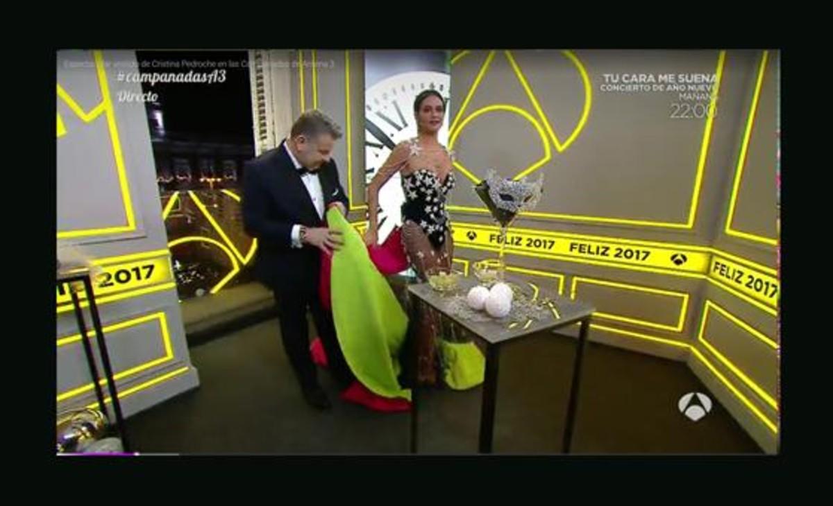 La Pedroche se deshace de la capa, con la ayuda de Chicote, en Antena 3-