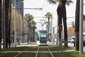 Trambaix 8 Un convoy de la red del tranvía que cubre el Baix Llobregat circula por la Diagonal a la altura de la calle de Entença.