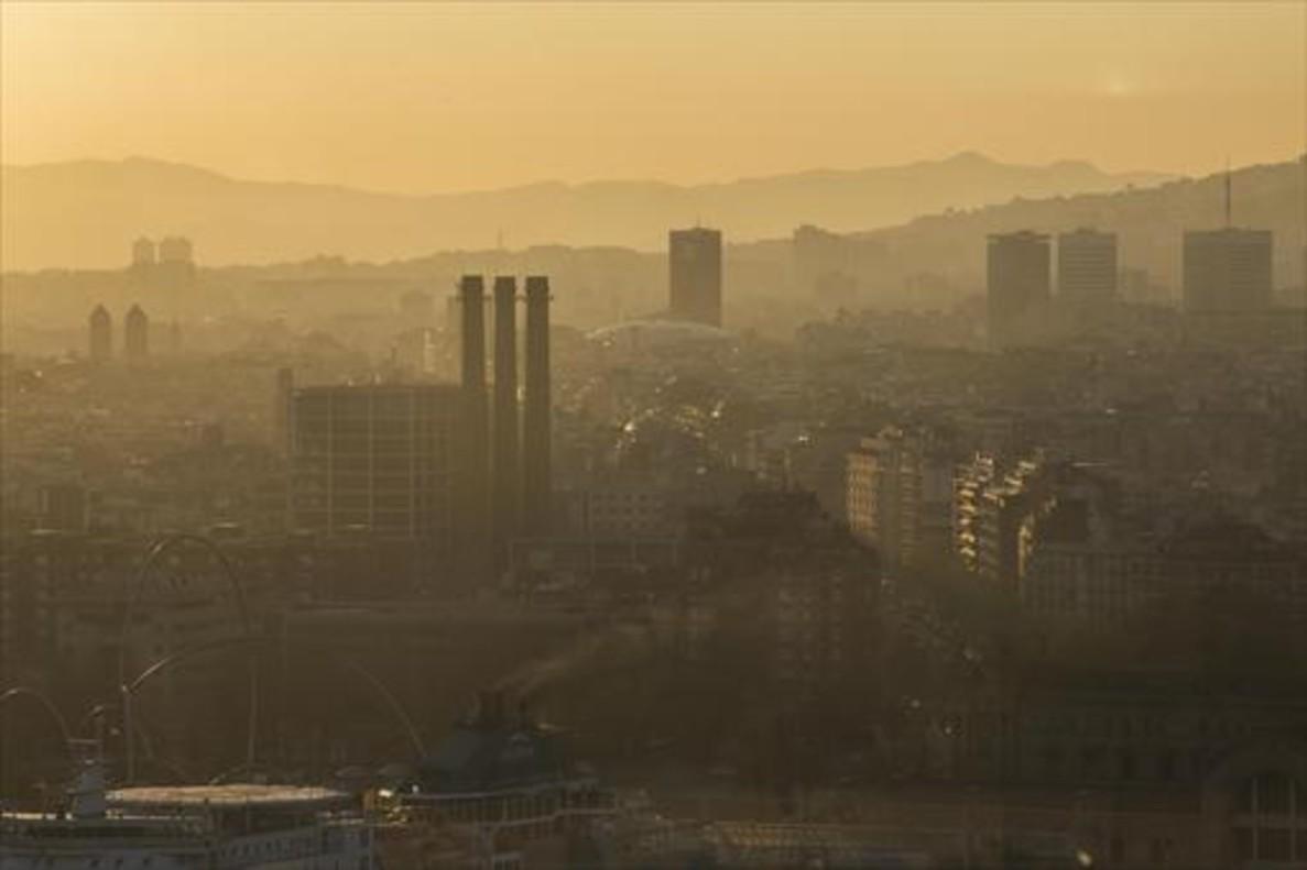 Imagen de la contaminación ambiental de Barcelona desde la torre de Sant Sebastià.