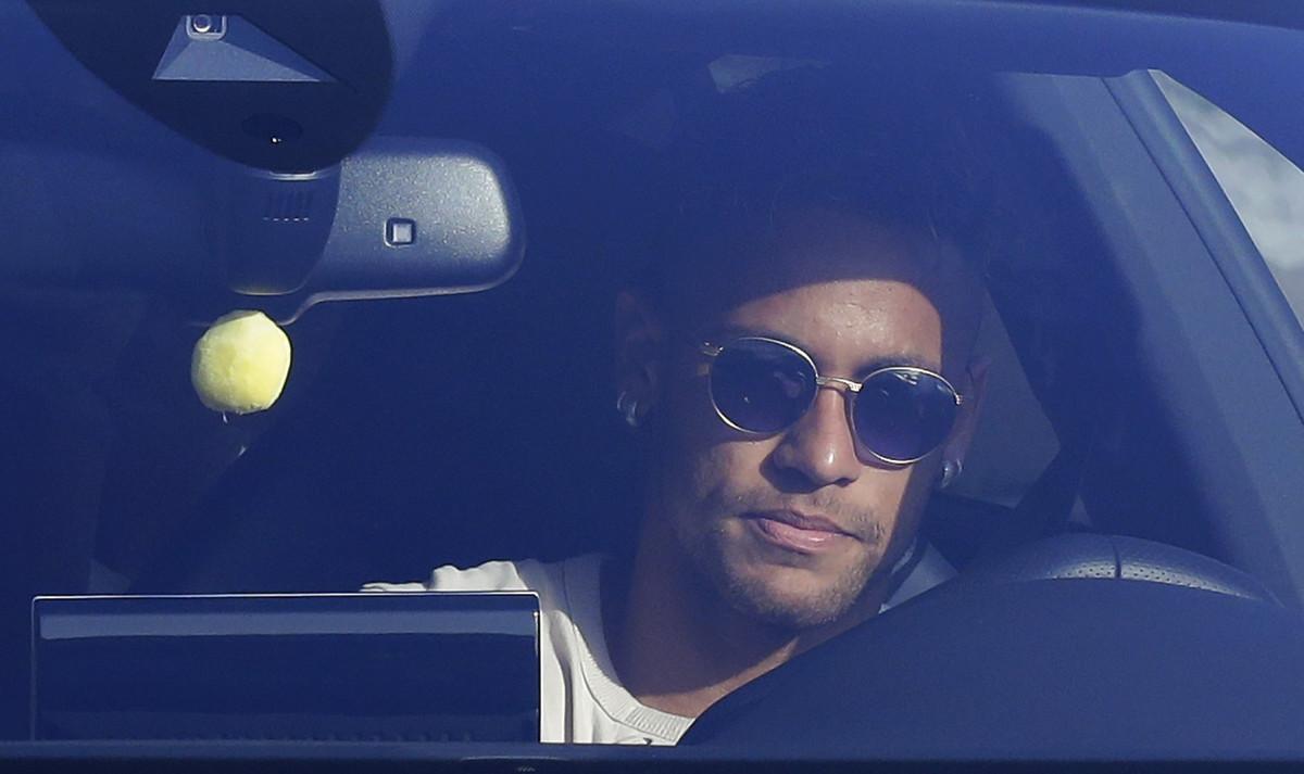 Neymar conduce su coche, este miércoles en Sant Joan Despí