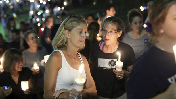 Cientos de personas se reúnen para homenajear a la mujer muerta en Charlottesville