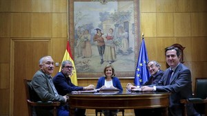Josep Maria Álvarez (UGT), Unai Sordo (CCOO), la ministra Fátima <br/>Báñez, Juan Rosell (CEOE) y Antonio Garamendi (CEPYME), ayer.