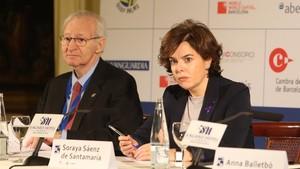 La vicepresidenta del Gobierno, Soraya Sáenz de Santamaría, junto al presidente de la Cámara de Comercio de Barcelona, Miquel Valls, en SAgaró.