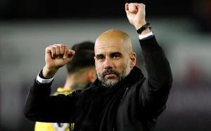 Pep Guardiola celebra el triunfo frente al Swansea