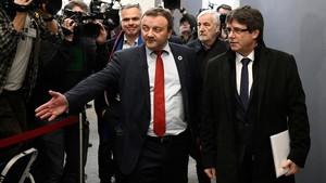 Carles Puigdemont y el diputado danés Magni Arge, llegando a la reunión del Parlament de Dinamarca.