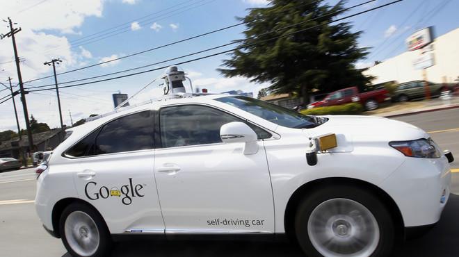 El cotxe sense conductor de Google xoca amb un autobús