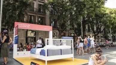 Barcelona recrea habitacions turístiques il·legals al mig del carrer