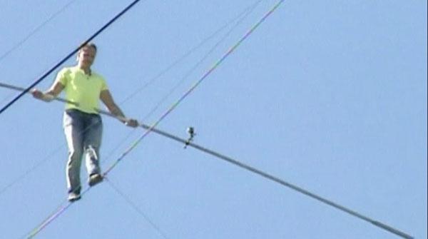 El famoso funambulista estadounidense, Nick Wallenda cruza sin arnés de seguridad una autopista en Florida (EE. UU).