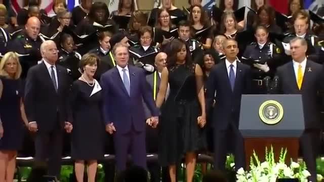 George Bush balla durant el funeral dels policies morts a Dallas