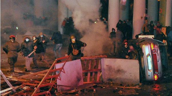 El centro de Kiev se ha convertido en un campo de batalla con decenas de heridos.