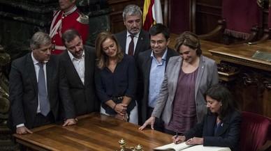 La alcaldesa de Par�s, Anne Hidalgo, firma distintos convenios con el Ayuntamiento de Barcelona en presencia de los l�deres de los grupos municipales, la semana pasada.
