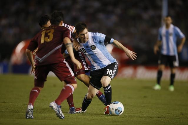 Argentina golea 3-0 a Venezuela otra vez de la mano de un Messi inspirado