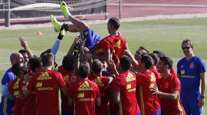 Los jugadores de la selecci�n espa�ola mantean a Alc�cer por su aniversario en el entrenamiento de Las Rozas.