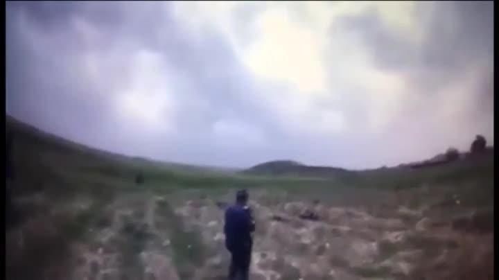 Tres policías persiguen a un yihadista del Estado Islámico en Mosul (Irak) y cuando va a ser cazado se inmola.