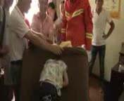 Un ni�o se queda atrapado en un sof� y es rescatado por los bomberos en China.