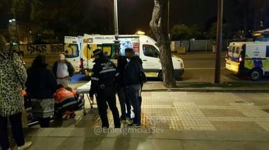 Personal sanitario atiende a una mujer que resultó herida en Sevilla tras hacerse un selfi.