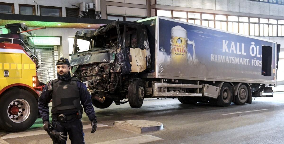 Hallado material explosivo en el camión del atentado de Estocolmo