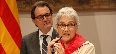 La presidenta de �mnium, Muriel Casals, observada por el 'president', Artur Mas, en una imagen de archivo.