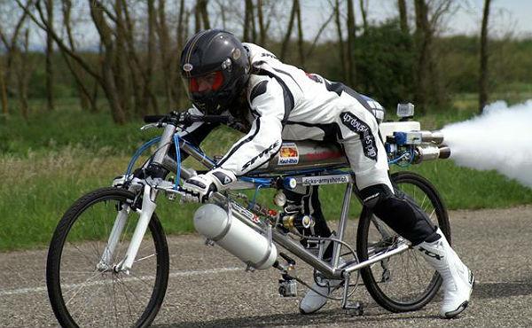 Un francés bate el récord de velocidad encima de una bicicleta-cohete.