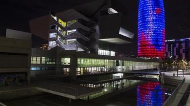 Reflejo de la torre Agbar en el exterior del Museo del Disseny de Barcelona.