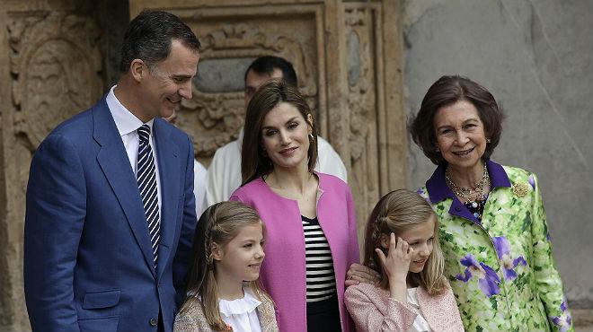 Els Reis, les seves filles i la reina Sofia assisteixen a la missa de Pasqua a Palma