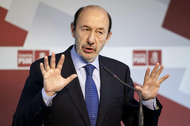 Rubalcaba se�ala a Rajoy y le exige una explicaci�n urgente