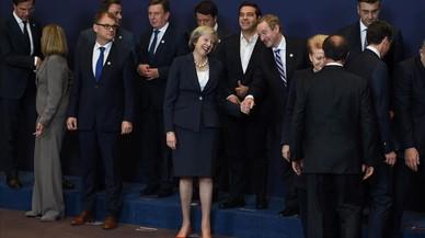 Theresa May, en el centro, saludando a otros dirigentes europeos.