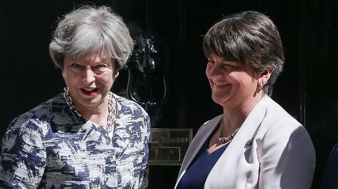 Acuerdo entre la primera ministra británica, Theresa May, y la líder del Partido Democrático Unionista (DUP).