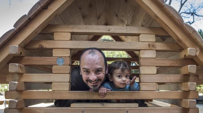Carlos con su hjio, Lucas, en un parquede Barcelona.