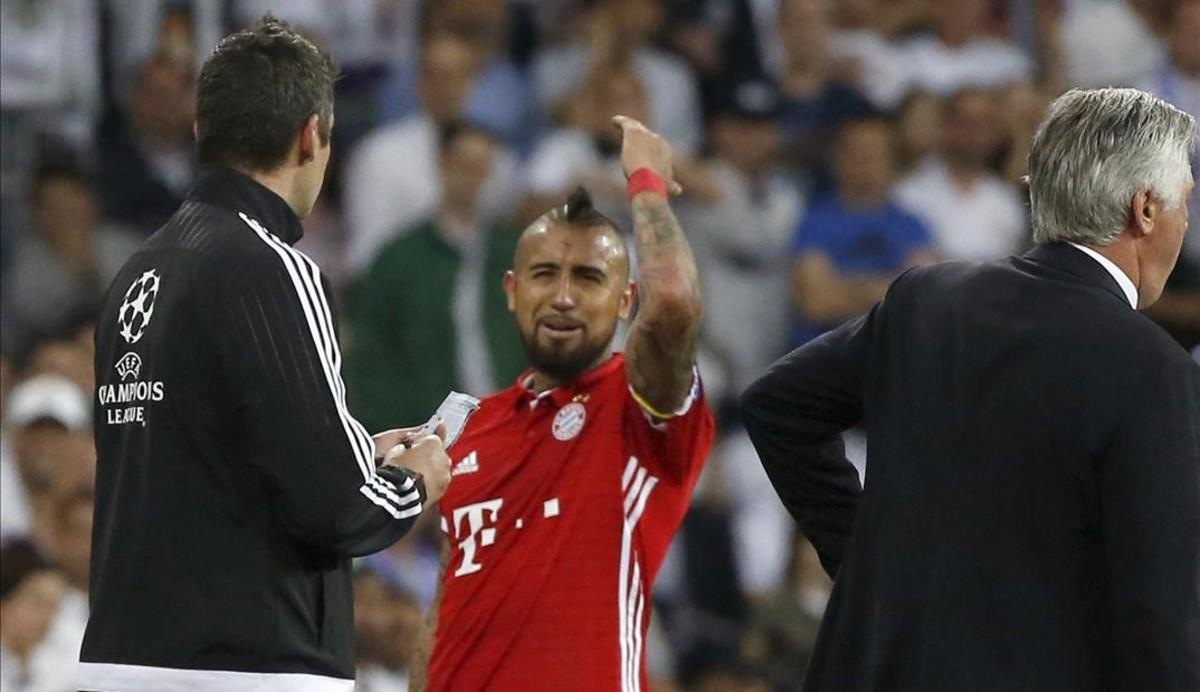 Vidal, Lewandowski i Thiago van anar a buscar els àrbitres al seu vestidor